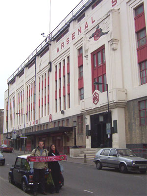 Míriam i el Jorge al camp de l`Arsenal Highbury (Londres)